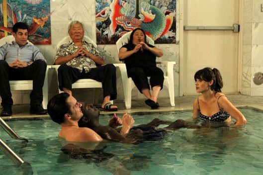 "NEW GIRL:  Nick (Jake Johnson, second from L) shows Winston (Lamorne Morris, third from R) and Jess (Zooey Deschanel, R) the benefits of water therapy while Schmidt (Max Greenfield, L) looks on in the ""Menzies"" episode of NEW GIRL airing Tuesday, Nov. 13 (9:00-9:30 PM ET/PT) on FOX.  Also pictured: Ralph Ahn (third from L)"