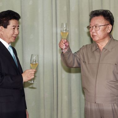 North Korea's leader Kim Jong-Il (R) toasts with South Korea's President Roh Moo-Hyun after they exchanged their joint statement on October 4, 2007 in Pyongyang, North Korea.