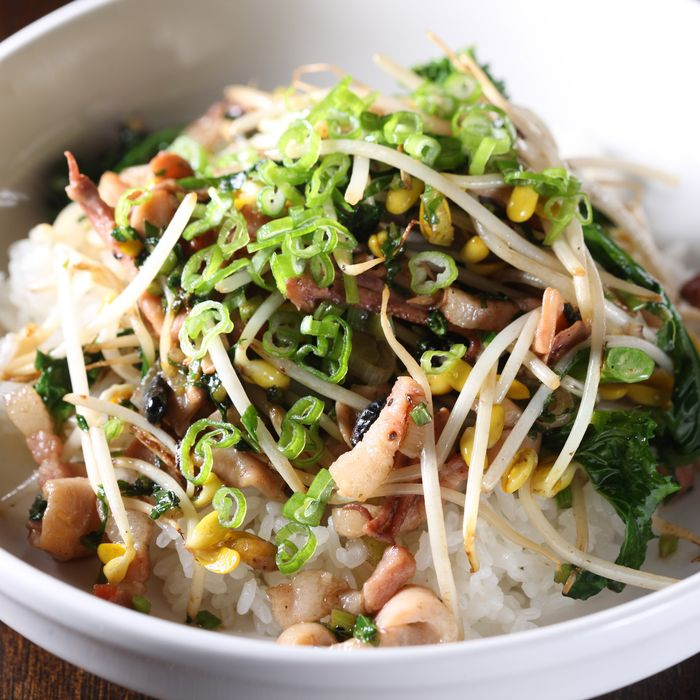 Stir-fried soybean sprouts with squid and bacon.