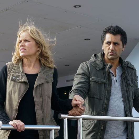 Cliff Curtis as Travis Manawa, Kim Dickens as Madison Clark; group - Fear The Walking Dead _ Season 2, Episode 02 - Photo Credit: Richard Foreman, Jr/AMC