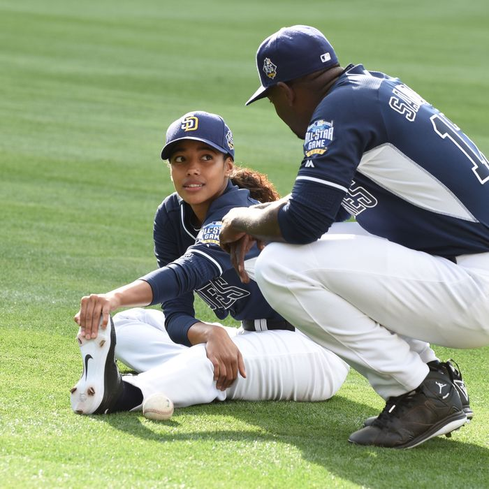 """PITCH: L-R: Kylie Bunbury and Mo McRae in the all-new """"Alfonzo Guzman-Chavez"""" episode of PITCH airing Thursday, Oct. 27 (8:59-10:00 PM ET/PT) on FOX.Cr: Ray Mickshaw / FOX. © 2016 FOX Broadcasting Co."""