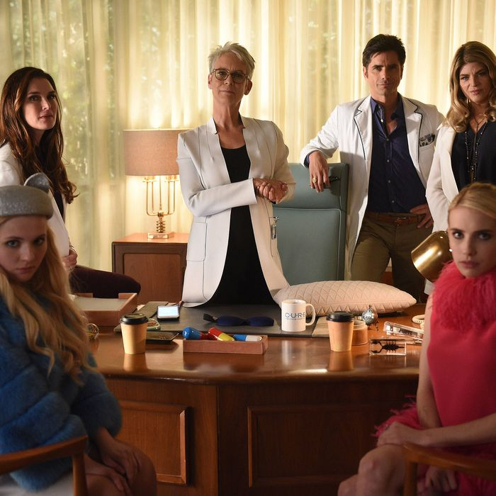 "SCREAM QUEENS: L-R: Abigail Breslin, guest star Brooke Sheilds, Jamie Lee Curtis, John Stamos, Kirstie Alley and Emma Roberts in the all-new ""Lovin The D"" episode of SCREAM QUEENS airing Tuesday, Dec. 13 (9:01-10:00 PM ET/PT) on FOX. Cr: Michael Becker / FOX. © 2016 FOX Broadcasting Co."