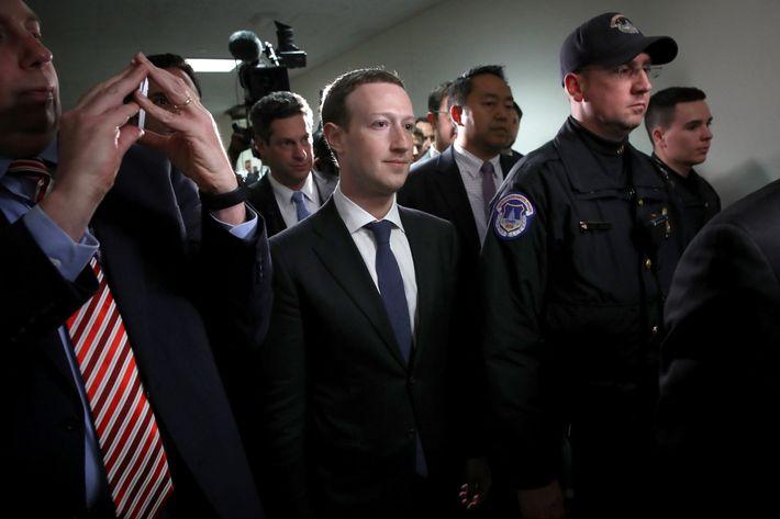 9 điều đáng lưu ý trong phiên điều trần đầu tiên của Mark Zuckerberg