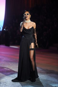 NEW YORK, NY - NOVEMBER 07:  Singer Rihanna performs during the 2012 Victoria's Secret Fashion Show at the Lexington Avenue Armory on November 7, 2012 in New York City.  (Photo by Jamie McCarthy/Getty Images)