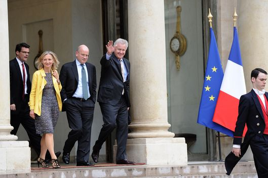 US industrial conglomerate General Electric (GE) chief executive Jeffrey Immelt (R), flanked by ? Vice President, Corporate Business Development at GE, John Flannery (2nd R), General Electric CO for Europe Clara Gaymard (2nd L) and president and CEO of GE power and water Steve Bolze(L), salutes as he leaves the Elysee Palace in Paris, after his meeting with French President on May 28, 2014.