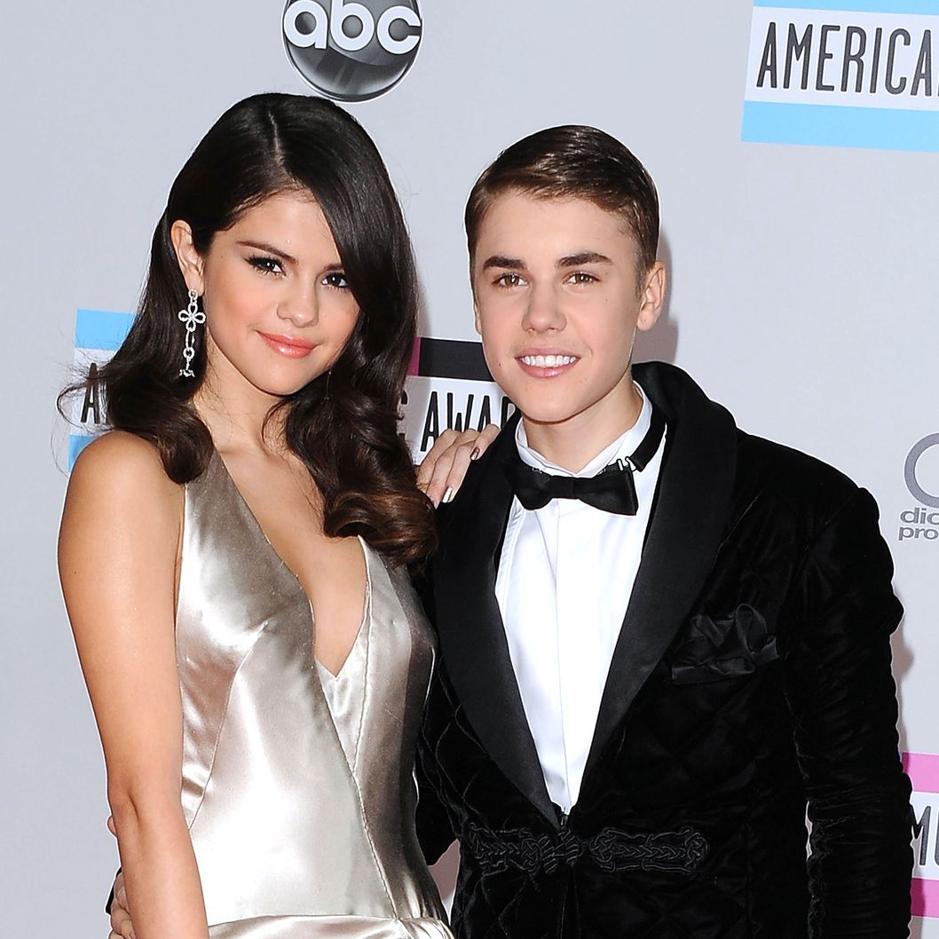 Singers Selena Gomez (L) and Justin Bieber arrive at the 2011 American Music Awards held at Nokia Theatre L.A. LIVE on November 20, 2011 in Los Angeles, California.