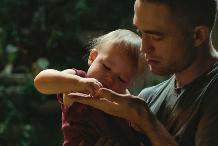 Monte (Robert Pattinson) with his daughter, Willow.