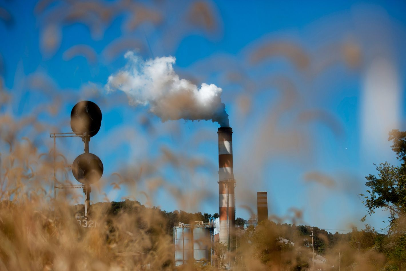 A plume of exhaust extends from the Mitchell Power Station, a coal-fired power plant built along the Monongahela River, 20 miles southwest of Pittsburgh, on September 24, 2013 in New Eagle, Pennsylvania.