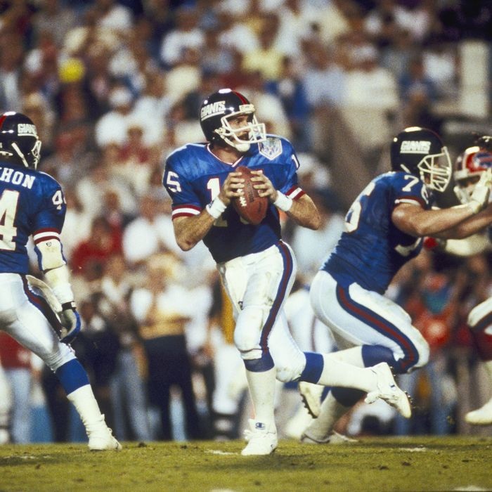 New York Giants quarterback Jeff Hostetler goes back to pass in a 20-19 win over the Buffalo Bills in Super Bowl XXV on January 27, 1991 at Houlihan's Stadium.
