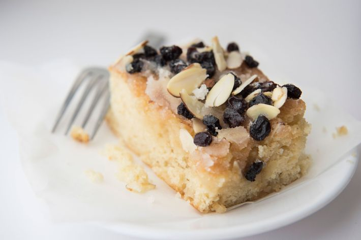 Coffee cake with almonds and currants.