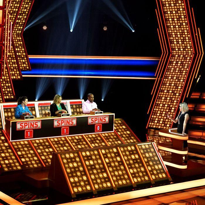 Elizabeth Banks hosting Press Your Luck.