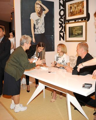 Anna Wintour signing T-shirts in Queens at the inaugural FNO. Dedication!