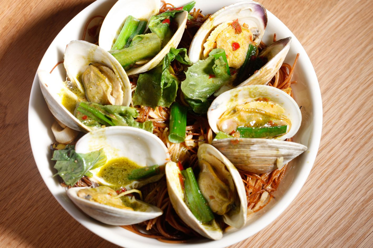 A dish of clams with crisp noodles.