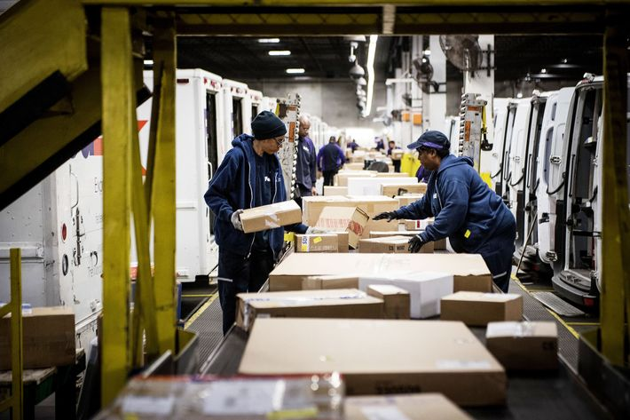 FedEx Employees Sort Packages In Chicago. Photo: Christopher  Dilts/Bloomberg Via Getty Images  Fedex Jobs