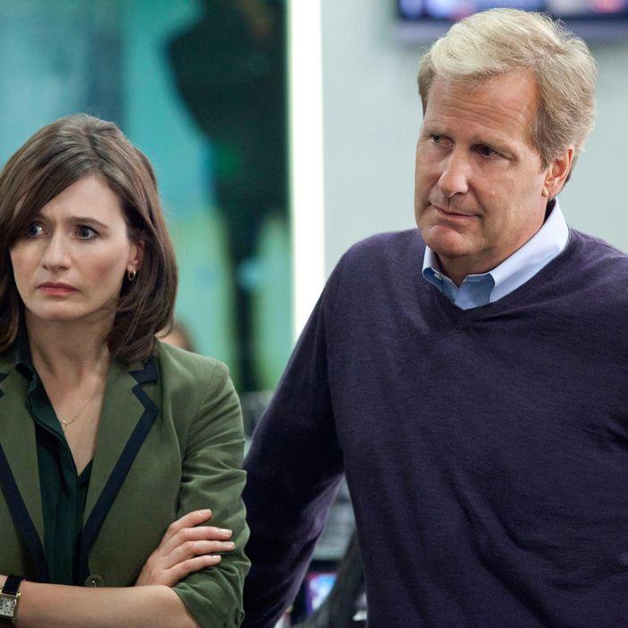 THE NEWSROOM episode 1: Emily Mortimer, Jeff Daniels.