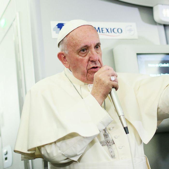 TOPSHOT-VATICAN-POPE-PLANE-MEDIAS-MEXICO