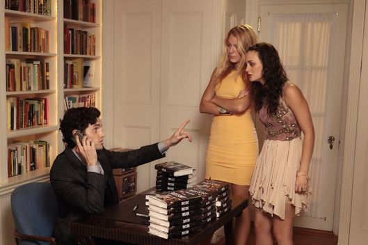 """Memoirs of An Invisible Dan"" GOSSIP GIRL Pictured (L-R) Penn Badgley as Dan Humphrey, Blake Lively as Serena Van Der Woodsen and Leighton Meester as Blair Waldorf PHOTO CREDIT: GIOVANNI RUFINO/THE CW ?©2011 THE CW NETWORK. ALL RIGHTS RESERVED."