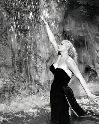 Swedish-American actress Anita Ekberg as Sylvia in the fountain scene from 'La Dolce Vita', directed by Federico Fellini, 1960. (Photo by Silver Screen Collection/Getty Images)