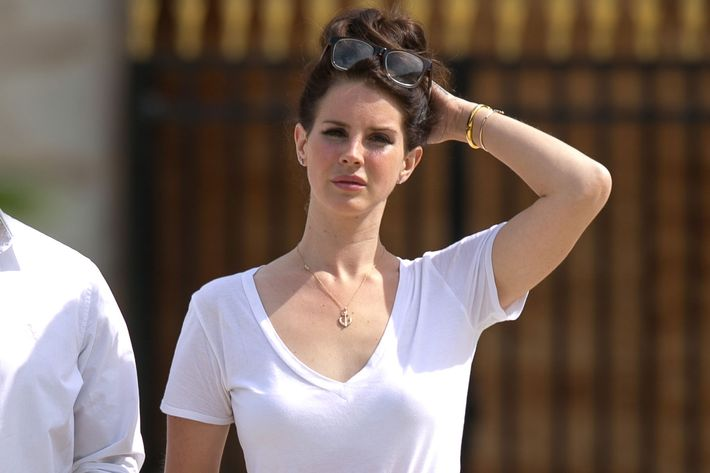 Lana Del Rey did not play video games at Caffe Dante.