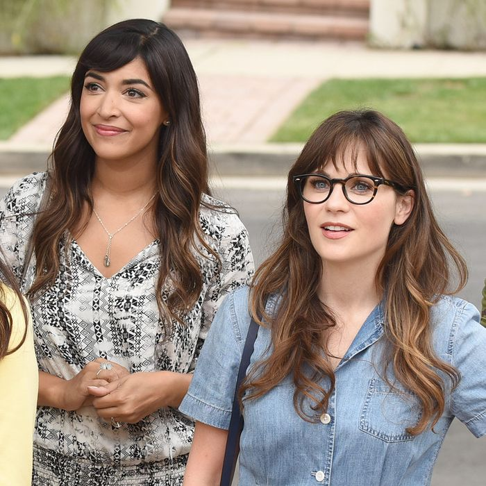 NEW GIRL: L-R: Max Greenfield, guest star Ayden Mayeri, Hannah Simone, Zooey Deschanel and Lamorne Morris in the
