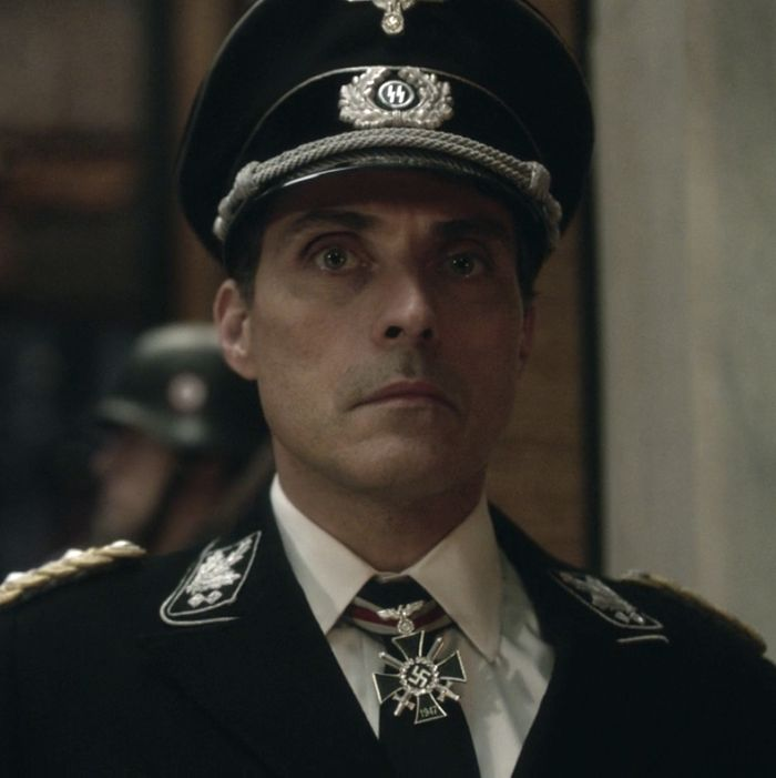 Rufus Sewell as John Smith.