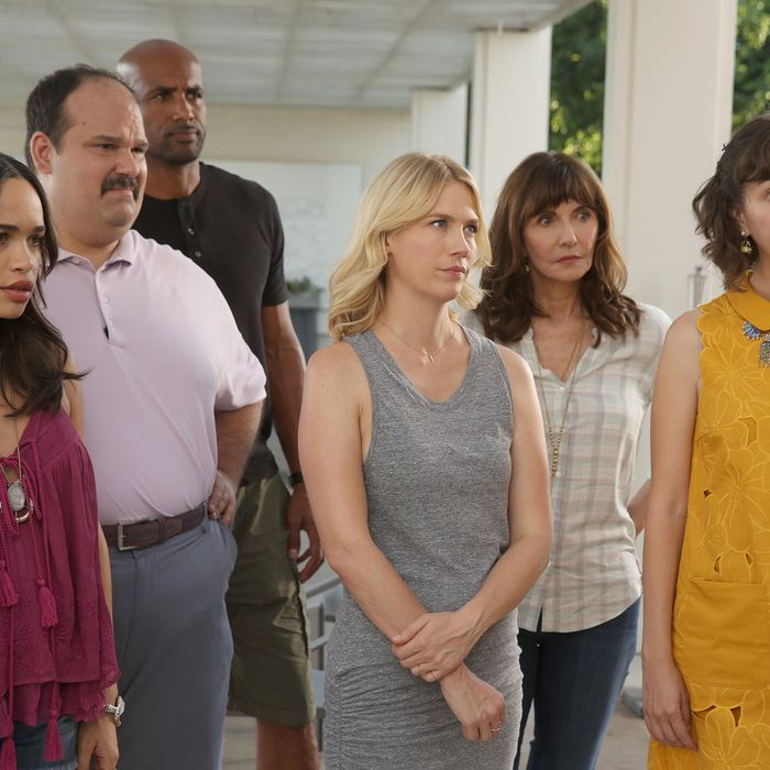 THE LAST MAN ON EARTH: L-R: Cleopatra Coleman, Mel Rodriguez, Boris Kodjoe, January Jones, Mary Steenburgen and Kristen Schaal in the