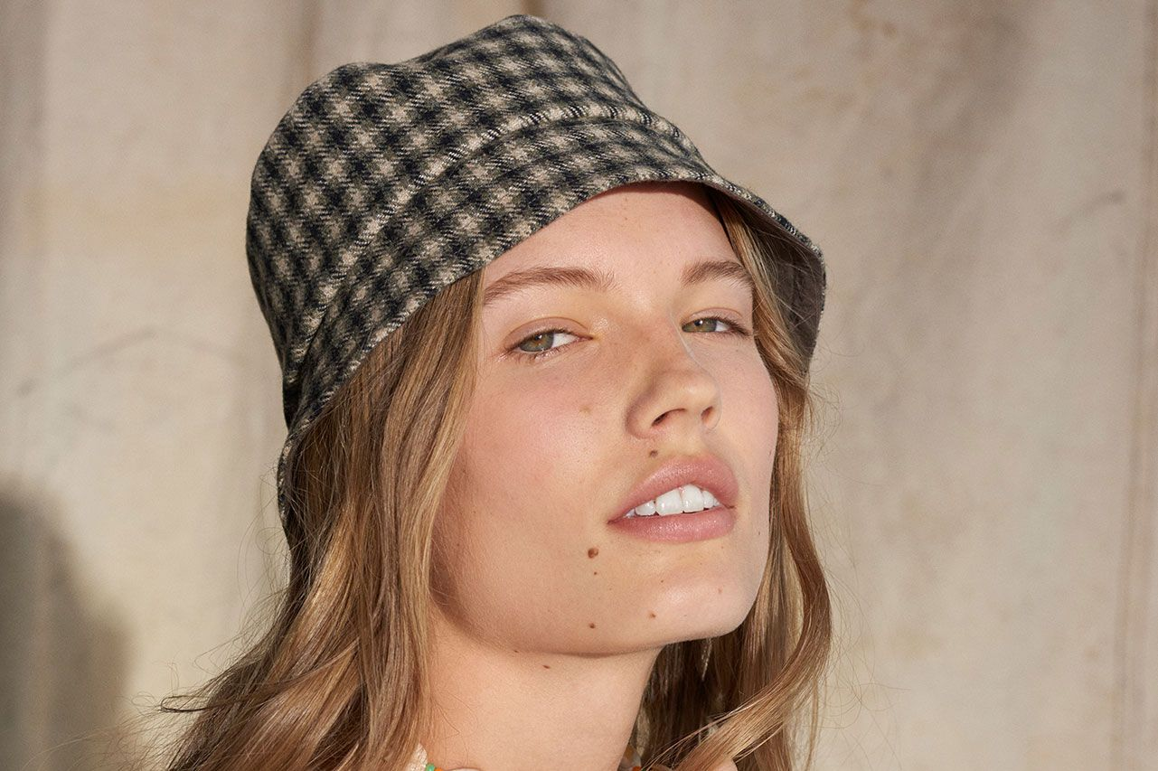 84e5d7ae066111 15 Women on Ways to Wear Hats This Winter