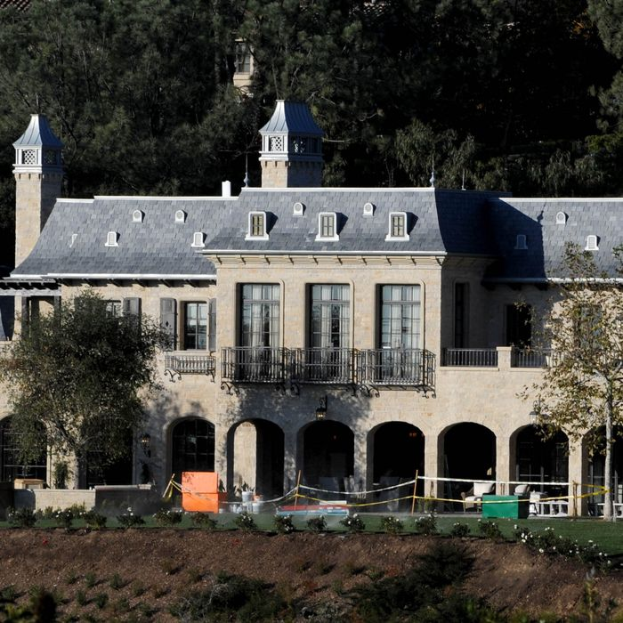 EXCLUSIVE: Tom Brady and Gisele Bundchen's Brentwood mansion nears completion, LA. The $20 million dream home now has a completed roof and garden with water feature out front. The Patriots quarter back will be set to move in next year to the exclusive neighborhood. <P>Pictured: Tom Brady and Gisele Bundchen's home<P><B>Ref: SPL344289 181211 EXCLUSIVE</B><BR/>Picture by: Whittle / Splash News<BR/></P><P><B>Splash News and Pictures</B><BR/>Los Angeles:	310-821-2666<BR/>New York:	212-619-2666<BR/>London:	870-934-2666<BR/>photodesk@splashnews.com<BR/></P>