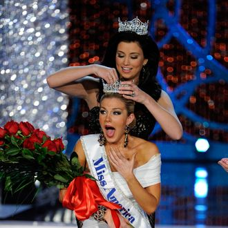 LAS VEGAS, NV - JANUARY 12: Miss America 2012 Laura Kaeppeler crowns Mallory Hytes Hagan of New York the new Miss America during the 2013 Miss America Pageant at PH Live at Planet Hollywood Resort & Casino on January 12, 2013 in Las Vegas, Nevada. (Photo by David Becker/Getty Images)