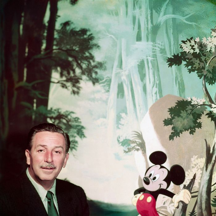 Le producteur americain Walt Disney (1901-1966)avec la peluche de Mickey Mouse vers 1948 --- American producer Walt Disney (1901-1966) with Mickey Mouse stuffed animal c. 1948