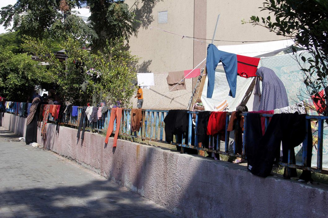 Uses displaced and displaced persons in areas of Shifa Hospital Shojae'ya east of GazaThe walls of the hospital for the deployment of washing clothes and their children.07/23/2014