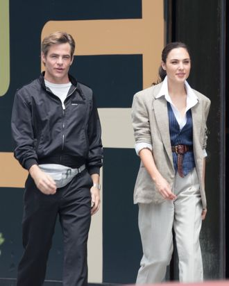 Chris Pine Wears A Fanny Pack In Wonder Woman Sequel
