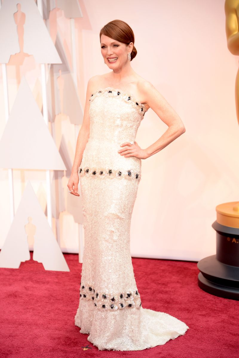 Most befitting a front runner julianne moore in chanel for Haute couture pronounce