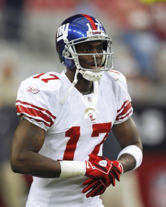 GLENDALE, AZ - NOVEMBER 23: Plaxico Burress #17 of the New York Giants warms against the Arizona Cardinals at University of Phoenix Stadium on November 23, 2008 in Glendale, Arizona. The Giants defeated the Cardinals 37-29. (Photo by Tom Hauck/Getty Images)