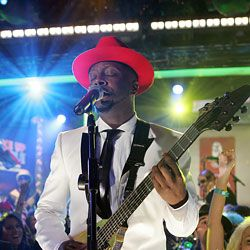 Wyclef occasionally stops rocking to have lunch.