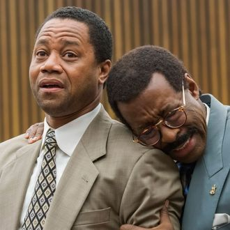 """THE PEOPLE v. O.J. SIMPSON: AMERICAN CRIME STORY """"The """"Verdict"""" Episode 110 (Airs Tuesday, April 5, 10:00 pm/ep) -- Pictured: (l-r) Cuba Gooding, Jr. as O.J. Simpson, Courtney B. Vance as Johnnie Cochran. CR: Prashant Gupta/FX"""