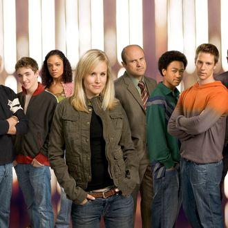 (Foreground) Kristen Bell, (background, l-r) Ryan Hansen,Kyle Gallner, Tessa Thompson, Enrico Colantoni, Percy Daggs, III, Joason Dohring and Francis Capra star in VERONICA MARS on UPN.