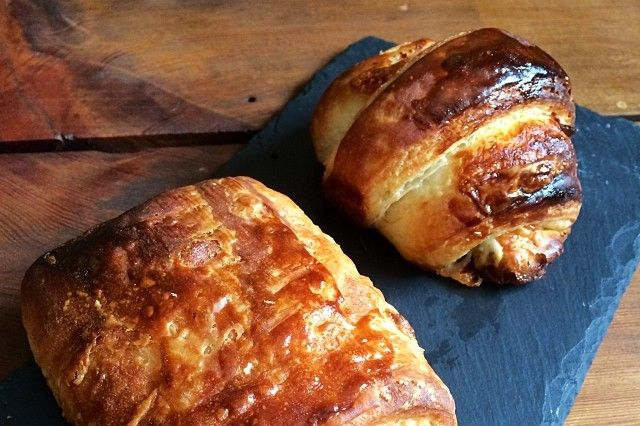 Pain au chocolat and a jamón-and-Gruyère croissant.